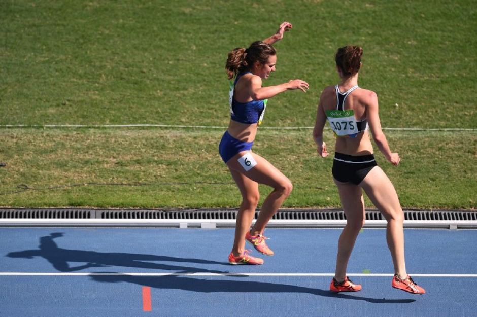 La competidora de Nueva Zelanda espera a que su rival estadounidense recupere las fuerzas. (Foto: AFP)