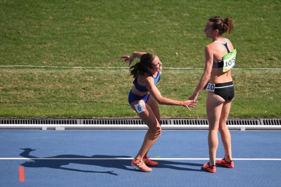 La neozelandesa ayudó a D'Agostino a levantarse luego de caer sobre la pista. (Foto: AFP)
