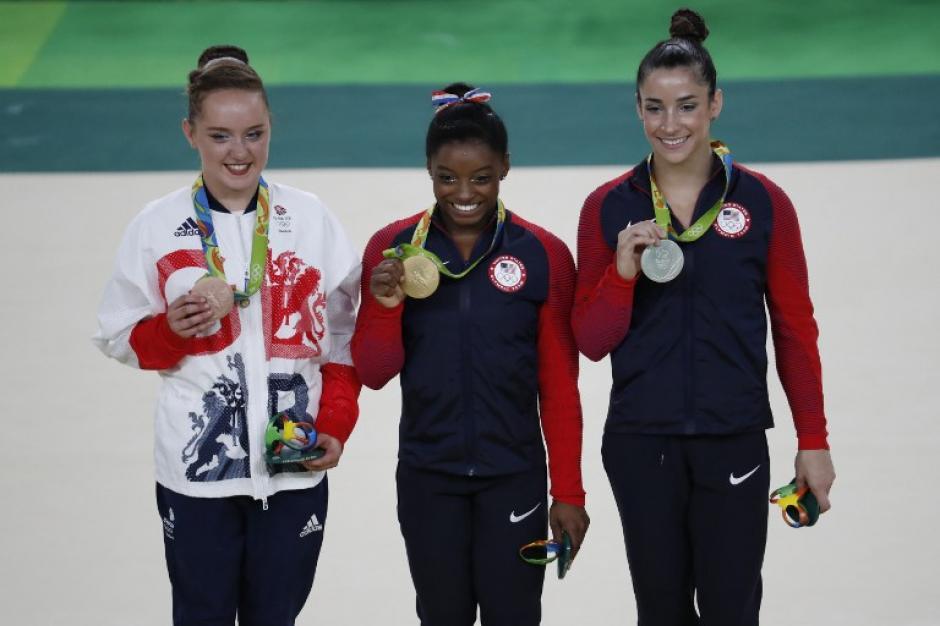 Tinkler, Biles y Raisman en el podio. (Foto: AFP)