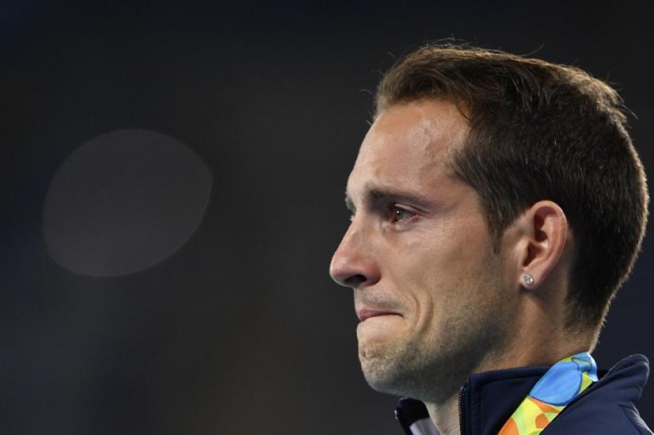El público lo había abucheado desde el día anterior y se había afanado contra él para que el brasileño fuese el vencedor. (Foto: AFP)