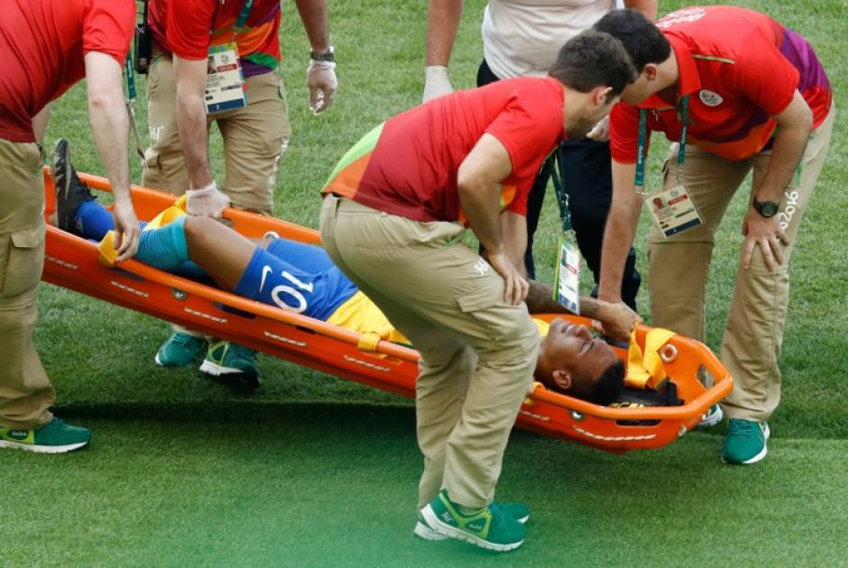 Así quedó después de un golpe en el pecho, pero pudo seguir. (Foto: AFP)