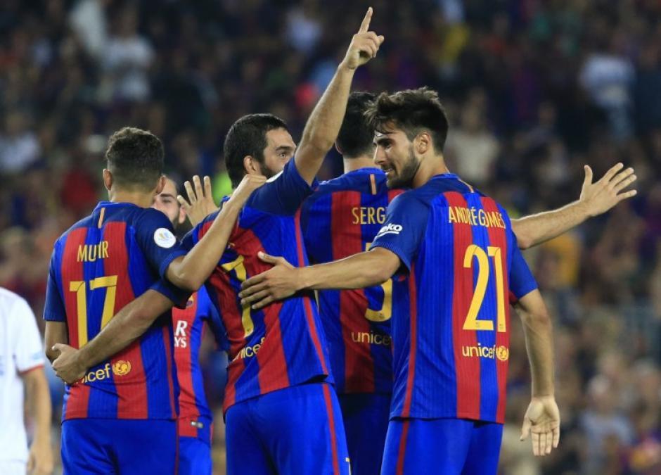 El Barça celebra el primer gol de Arda. (Foto: AFP)