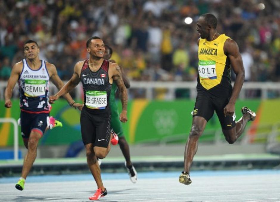 Ambos llegaron muy juntos a la meta. (Foto: AFP)