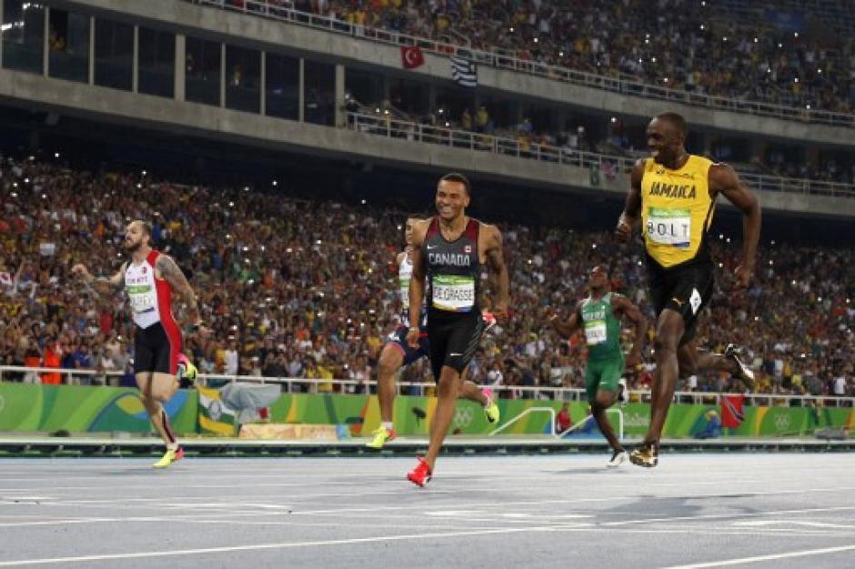 El estadio ovacionó a los corredores. (Foto: AFP)