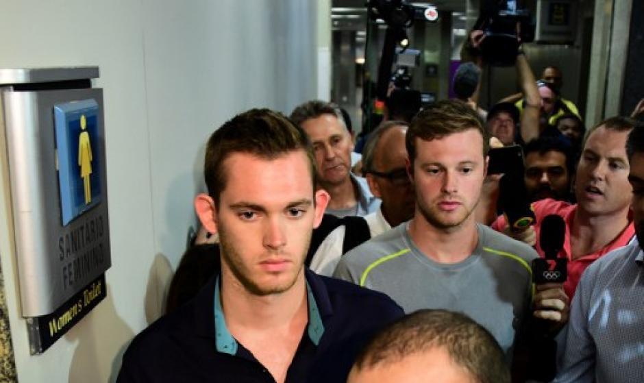 Gunnar Bentz y Jack Conger son abordados por periodistas en el aeropuerto de Río de Janeiro. (Foto: AFP)