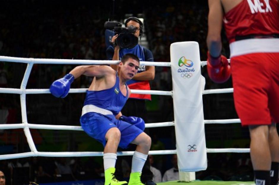 En el tercer asalto el mexicano por fin puso contra las cuerdas al boxeador de Uzbekistán. (Foto: AFP)