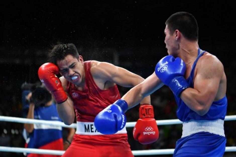 El combate en todo momento estuvo a favor de Bektemir, aunque el mexicano logró conectar algunos golpes. (Foto: AFP)