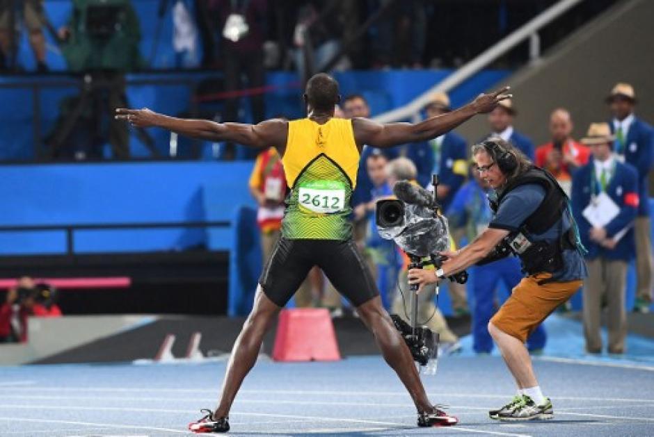 Bolt de nuevo dio un gran espectáculo durante la competencia y al finalizar. (Foto: AFP)