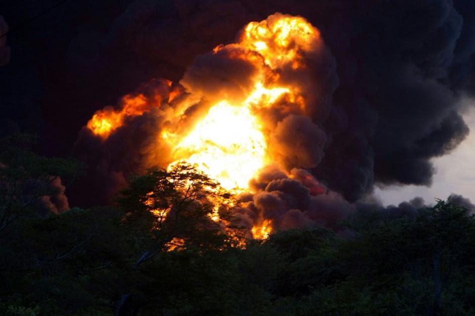 Hay explosiones conforme se extiende el fuego. (Foto: AFP)