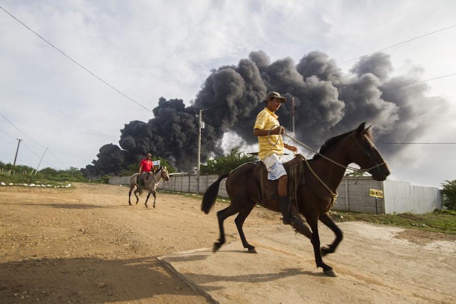 La explosión de dos tanques de almacenamiento de petróleo causó un derrame. (Foto: AFP)