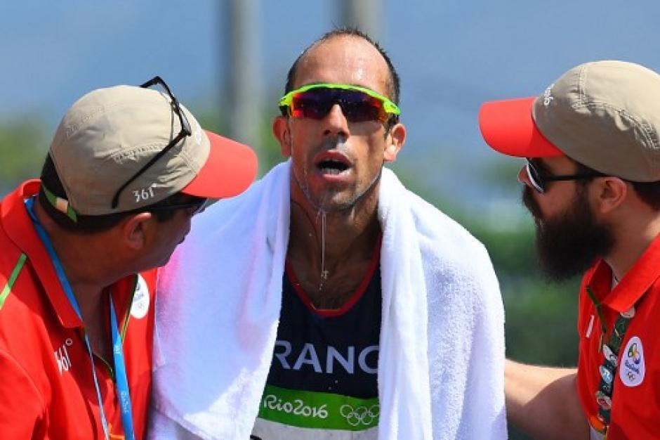 Yohann Diniz fue asistido luego de completar su competencia. (Foto: AFP)