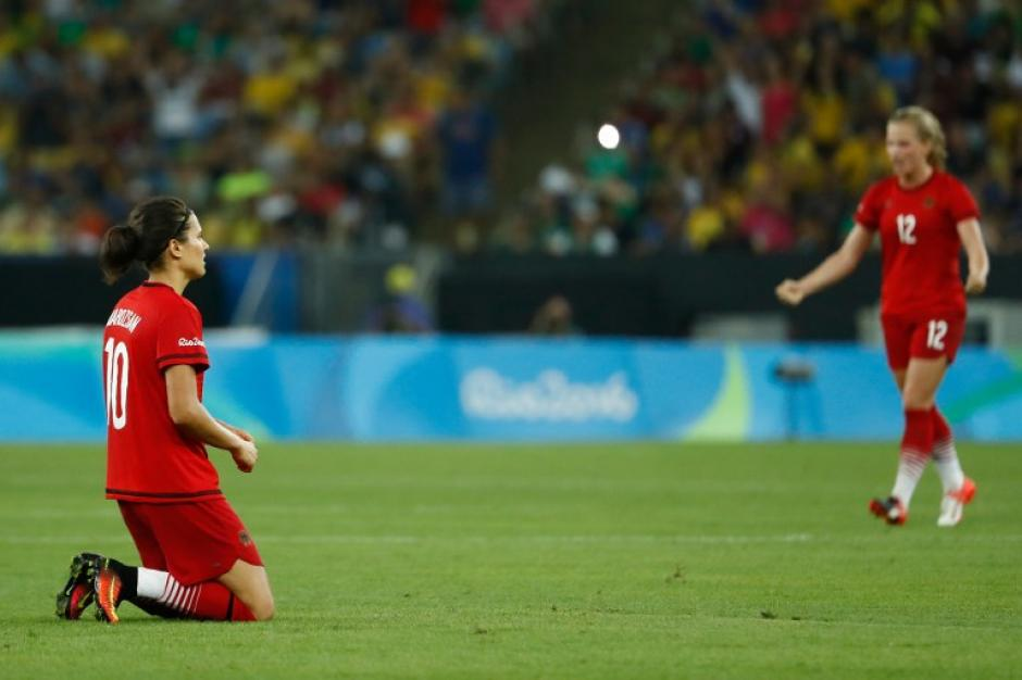 Al escuchar el pitazo final, las alemanas celebraron sobre el terreno de juego. (Foto: AFP)