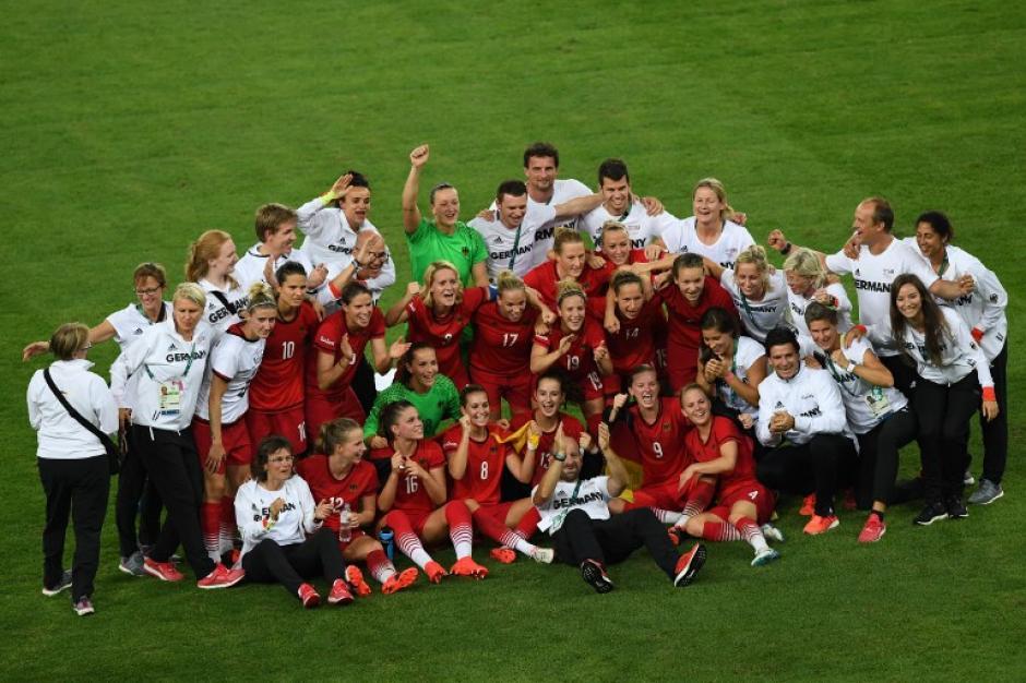 La selección alemana celebró por todo lo alto la obtención de la medalla de oro en fútbol femenino. (Foto: AFP)