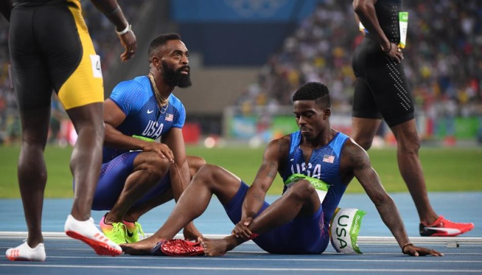 Los corredores lucieron desconsolados por el error que los dejó fuera. (Foto: AFP)