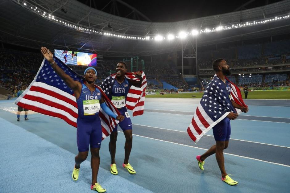 El equipo estadounidense celebraba la obtención del tercer lugar de la final de relevos 4x100. (Foto: AFP)