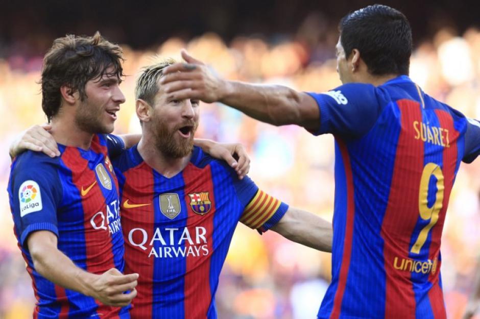 Luis Suárez celebra con Sergi Roberto y Messi una de sus anotaciones. (Foto: AFP)