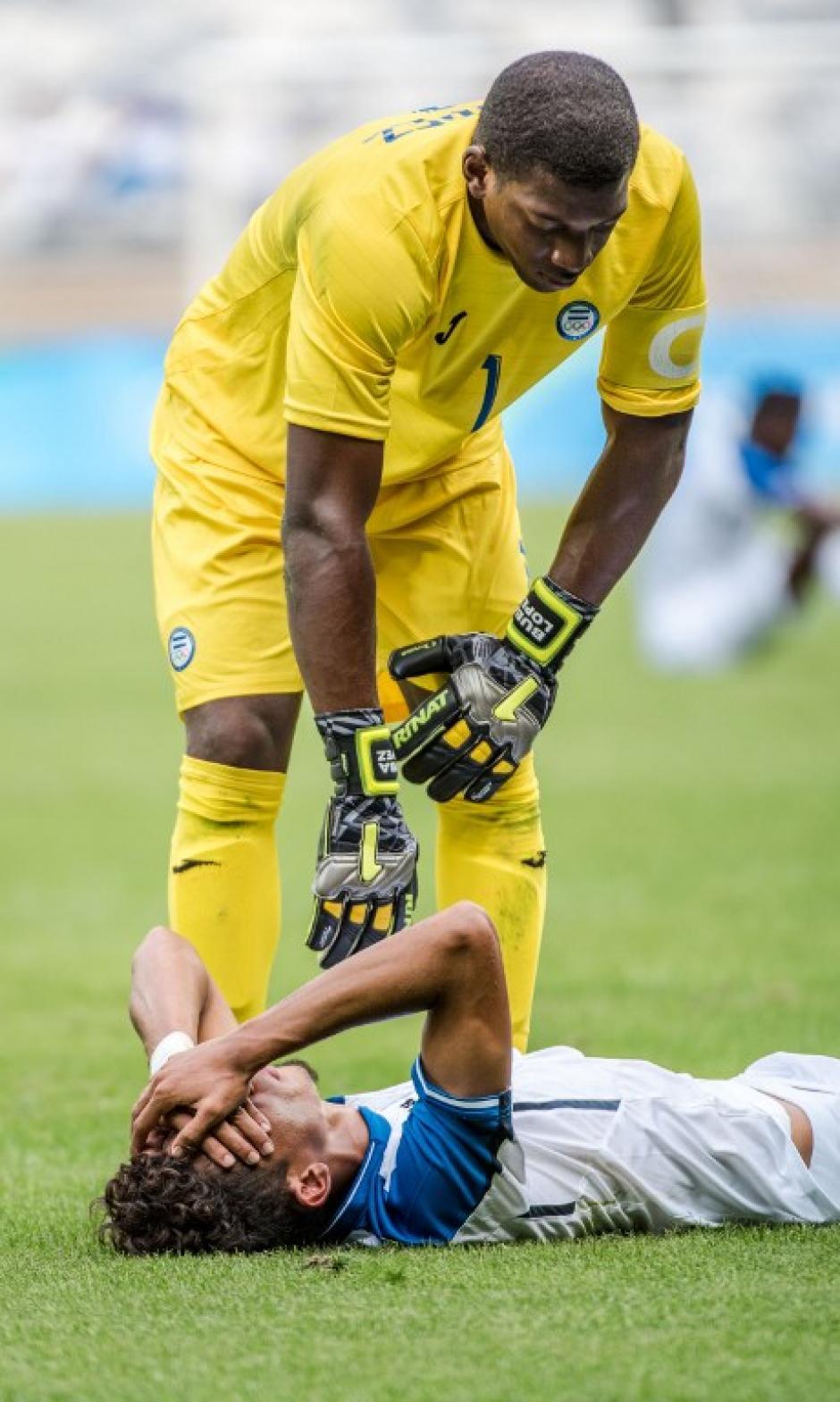 El arquero de Nigeria consuela al jugador Allans Vázquez. (Foto: AFP)
