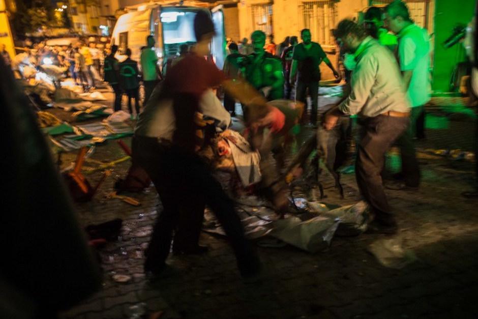 Los invitados ayudaron a movilizar a los heridos para que los atendieran. (Foto: AFP)