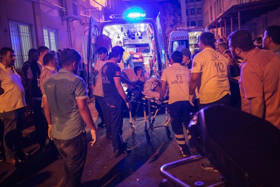 Las autoridades se presentaron en el lugar para atender a los invitados heridos. (Foto: AFP)