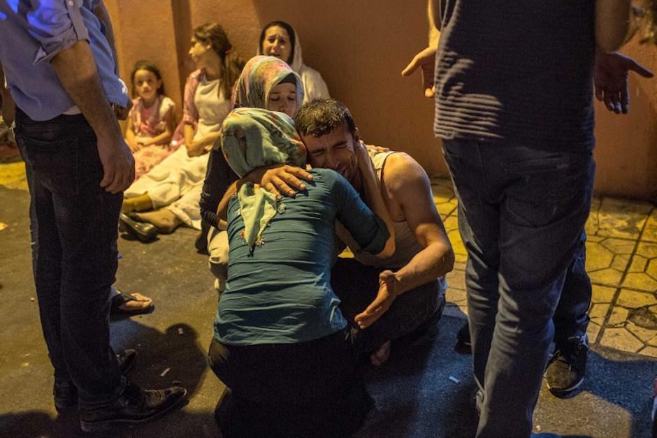 Familiares lloran desconsolados. (Foto: AFP)