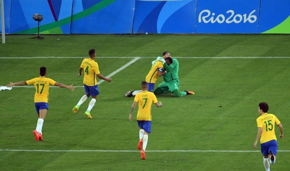Los brasileños corren a celebrar después del último penal. (Foto: AFP)