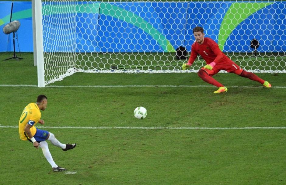 El momento en el que Neymar marca el último penal. (Foto: AFP)