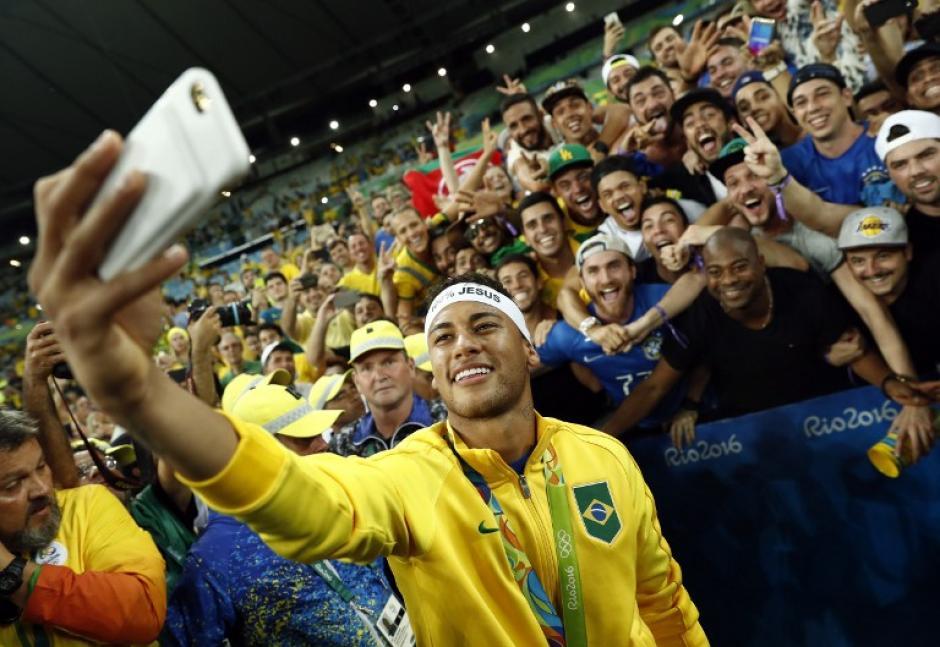 En general fue una feliz celebración, hasta que se molestó con el aficionado en la grada (Foto: AFP)