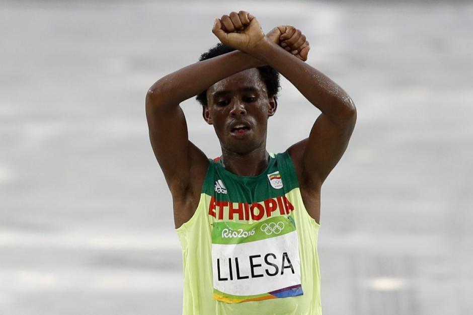 Feyisa Lelisa hizo este gesto al llegar a la meta. (Foto: AFP)