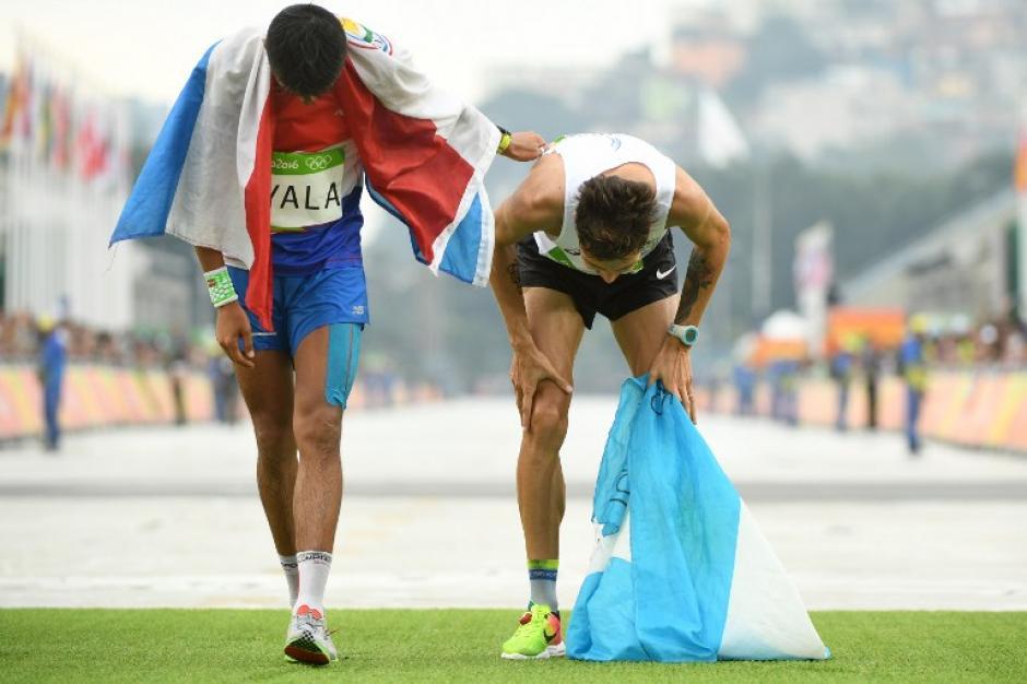 Derlys Ayala de Paraguay recibe a Bruno que llegó fatigado a la meta. (Foto: AFP)