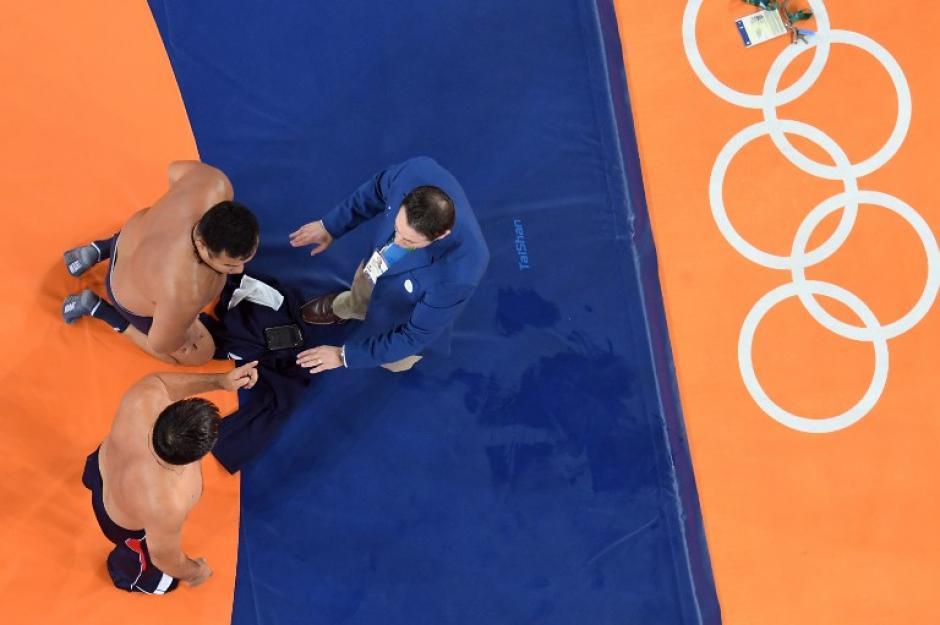 Ambos hombres se quedaron en calzoncillos.. (Foto: AFP)