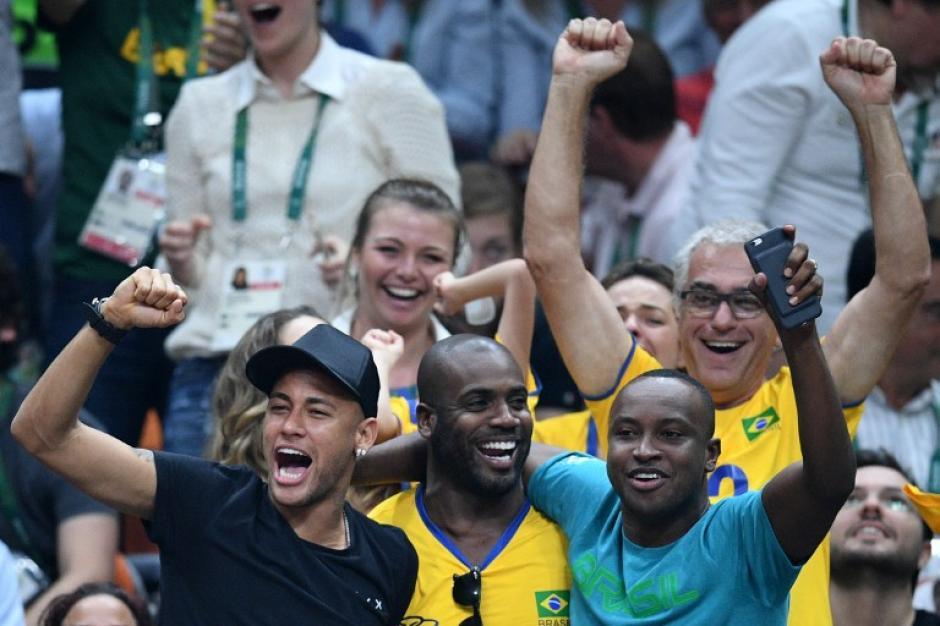 Al final, el jugador del Barça celebró con los demás (Foto: AFP)