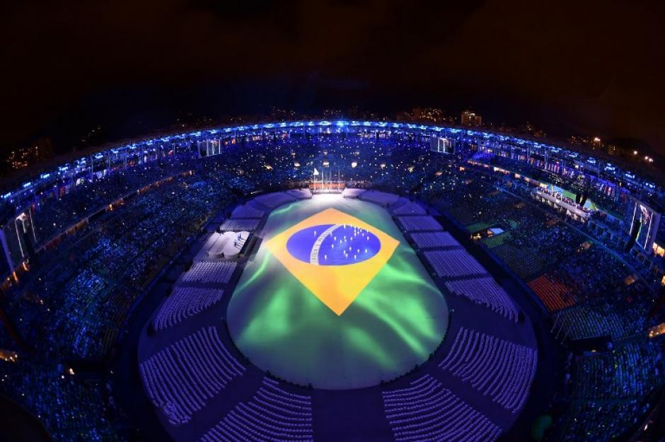 Así fue el principio del fin: con una bandera de Brasil proyectada. (Foto: AFP)