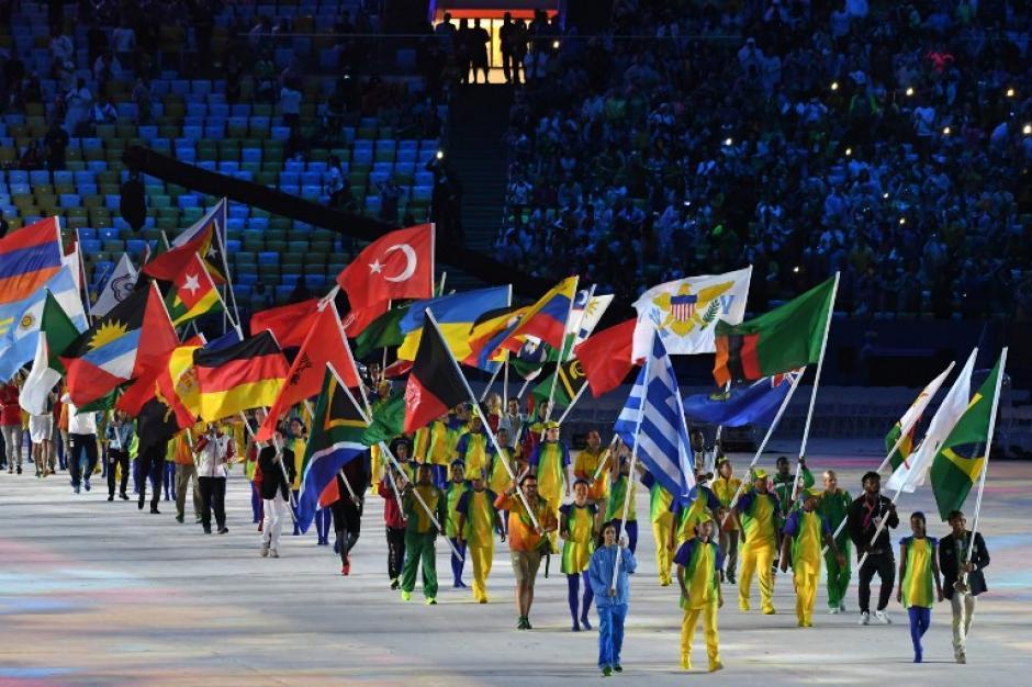 Así se veían las banderas cuando salían hacia el área abierta. (Foto: AFP)