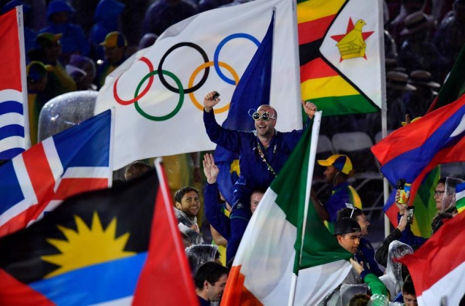 La bandera olímpica pasó a Tokio, sede en 2020. (Foto: AFP)