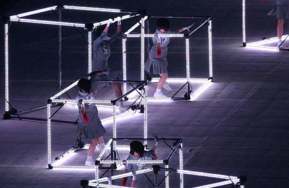 Parte del baile que hacía homenaje a Japón. (Foto: AFP)