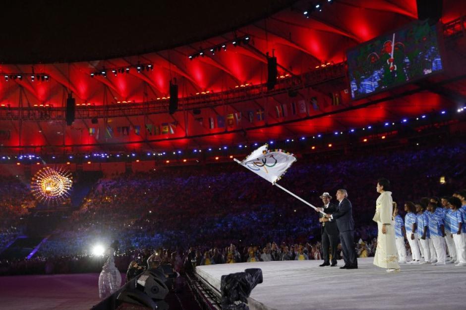 La bandera olímpica deja Brasil y pasa oficialmente a Japón. (Foto: AFP)