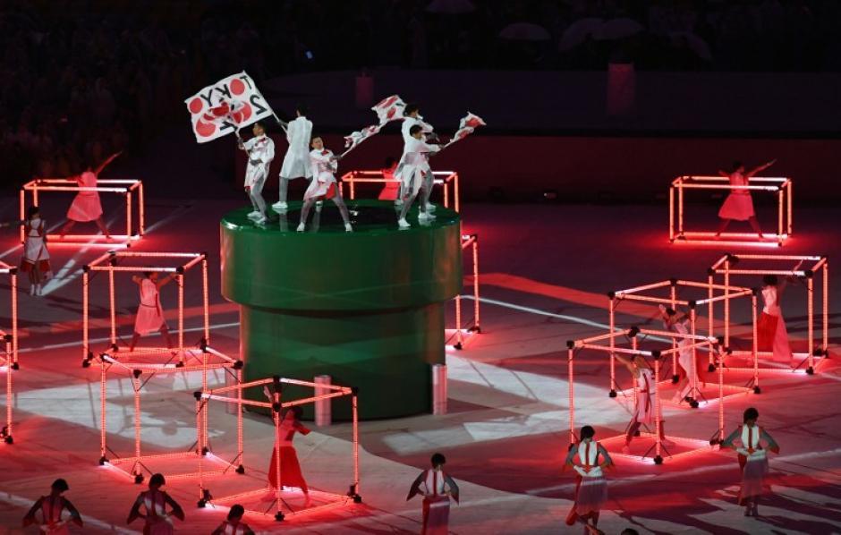 Bailarines sobre uno de los típicos tubos de Mario Bros. (Foto: AFP)