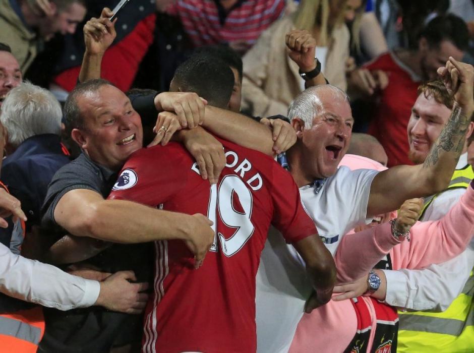 Rashford se fue a celebrar con la afición. (Foto: AFP)