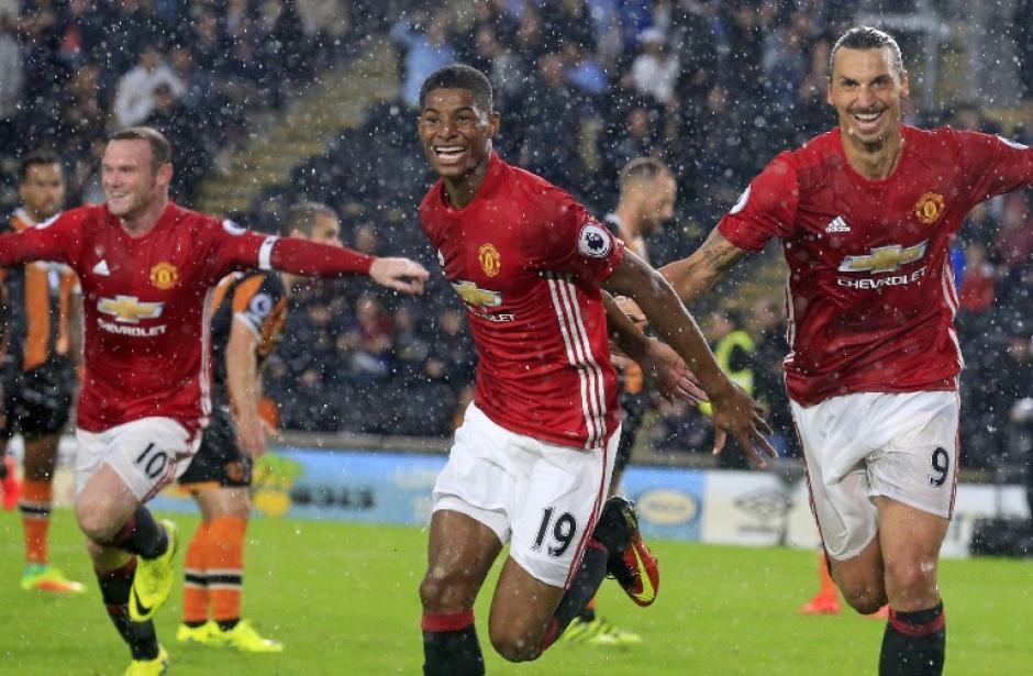 Marcus Rashford celebra su gol, con Rooney e Ibra detrás. (Foto: AFP)
