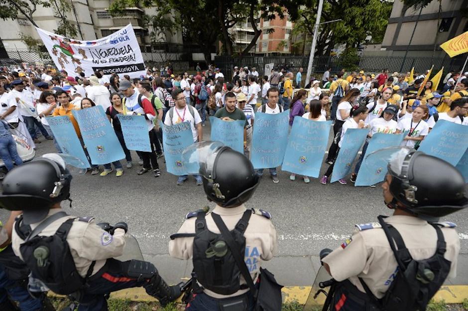 Tensiones en las calles de la capital venezolana ante la presencia de agentes de la policía. (Foto: AFP)