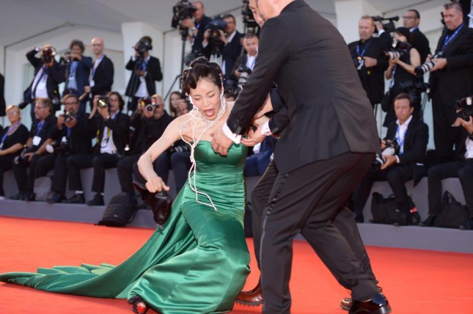 Liang Ke tuvo problemas con su vestido a su llegada al Festival de Cine de Venecia. (Foto: AFP)