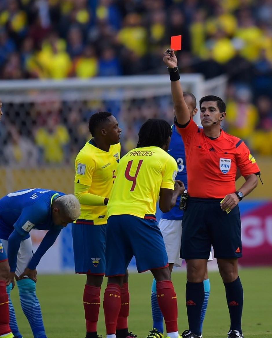 El árbitro expulsó a Juan Paredes y Ecuador se quedó sin chances (Foto: AFP)