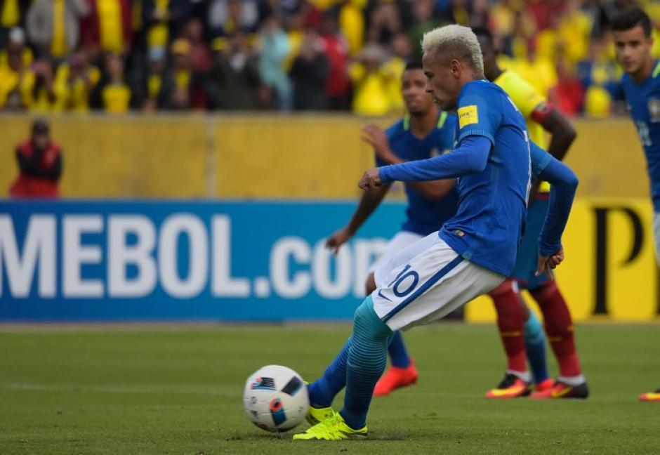 Neymar, al momento de patear desde los once metros (Foto: AFP)