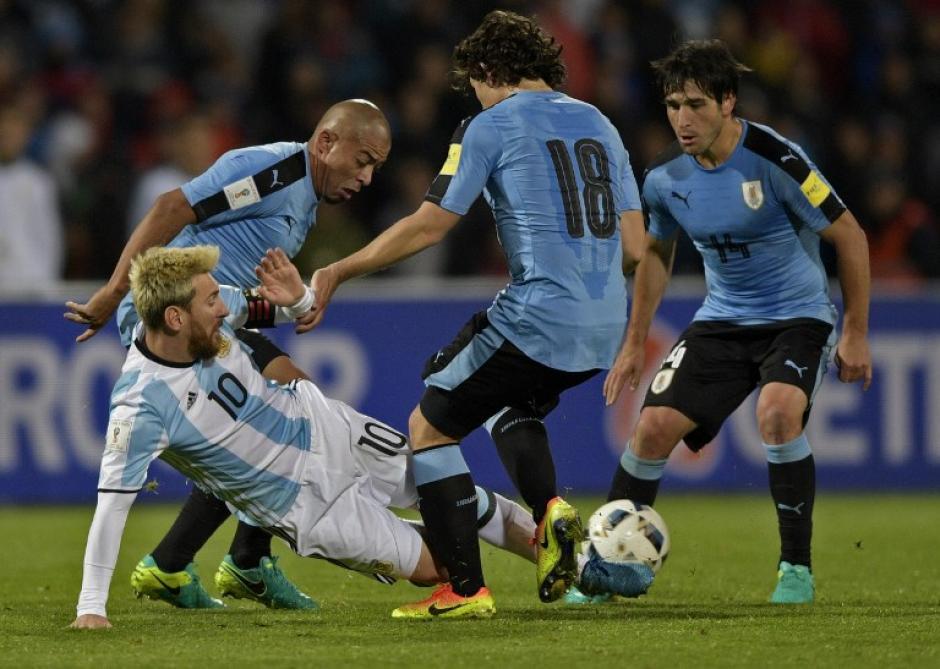 El argentino le tiró un espectacular tunelito a Mathías Corujo. (Foto: AFP)