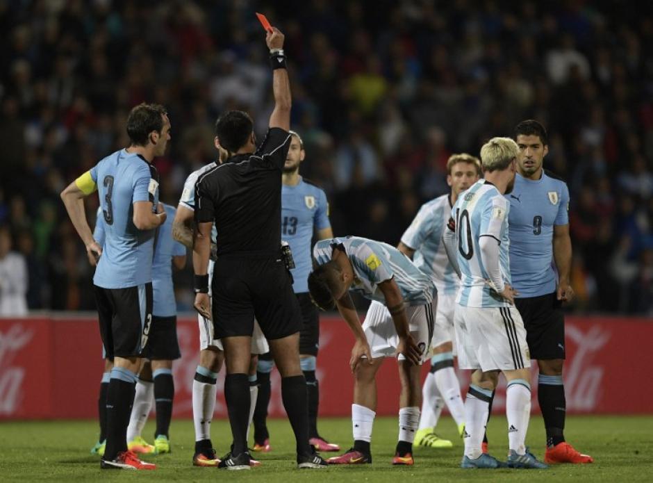 El momento en el que el árbitro le muestra la roja al debutante. (Foto: AFP)