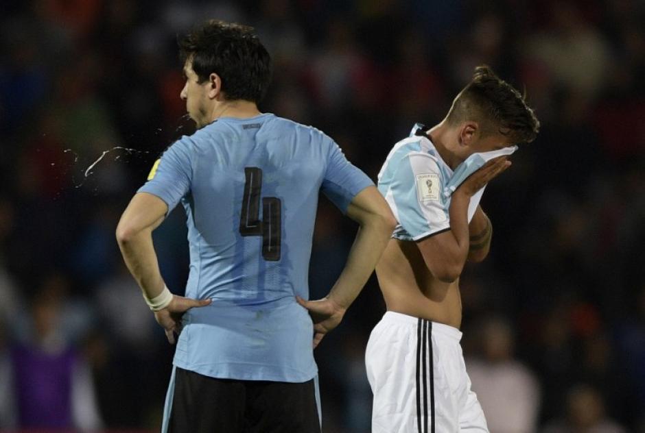 Argentina supo mantenerse ordenado y ganó el partido con uno menos en el campo. (Foto: AFP)