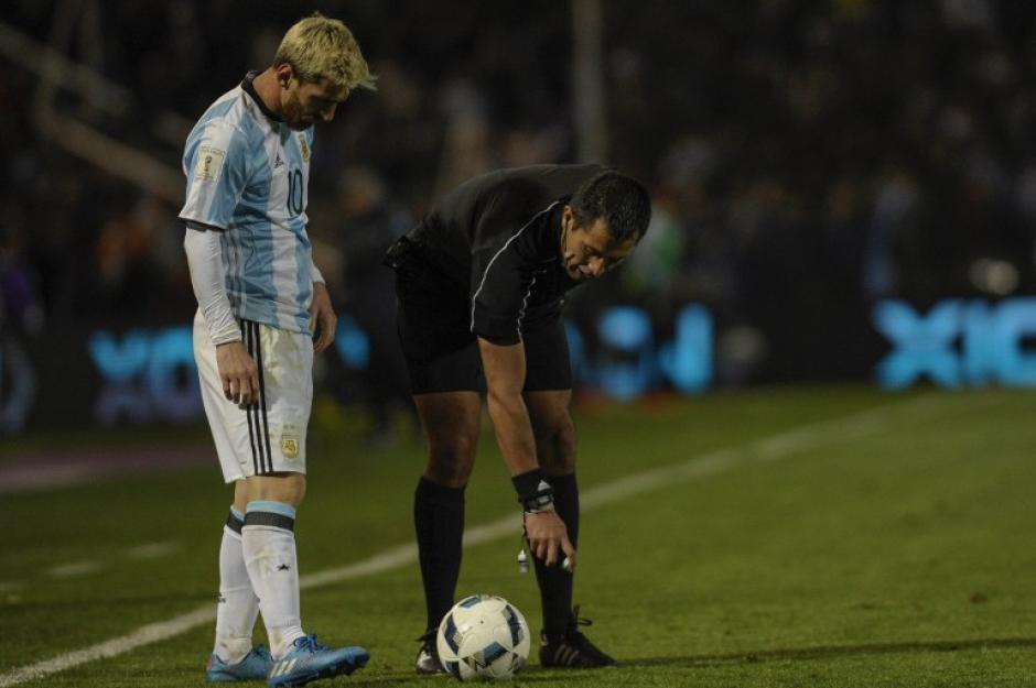 """""""Tengo dolor, pero tenía que jugar"""", dijo Leo (Foto: AFP)"""