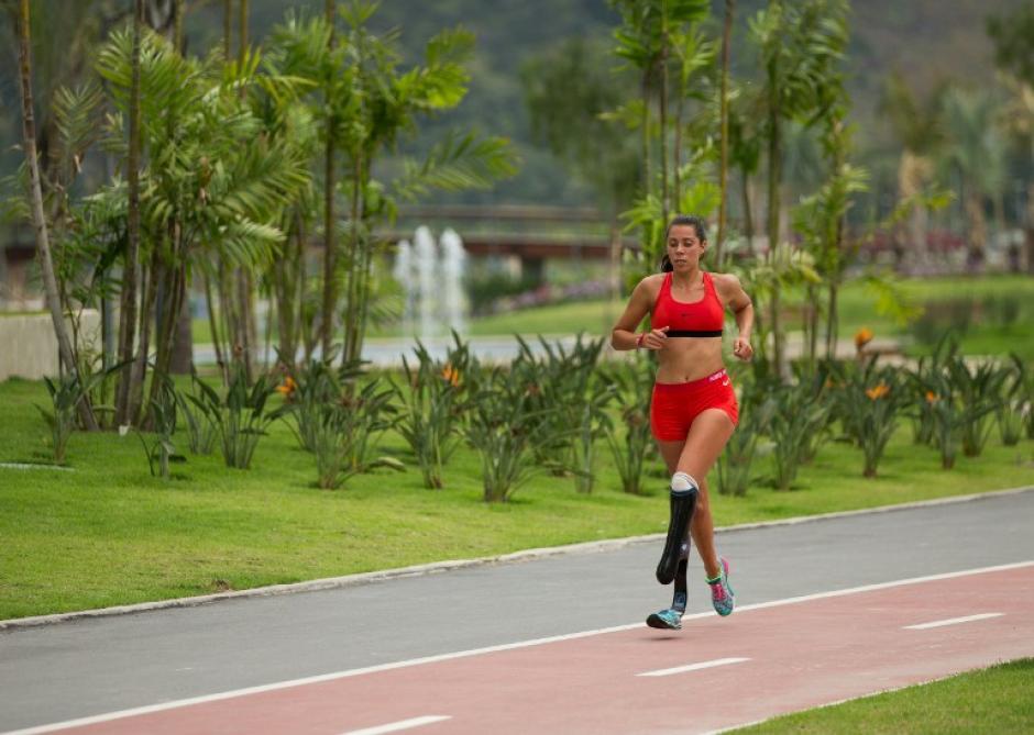 Una atleta corre en la pista exterior de la Villa. (Foto: AFP)