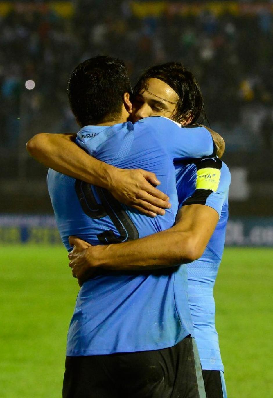 Cavani celebra uno de sus goles con Suárez. (Foto: AFP)