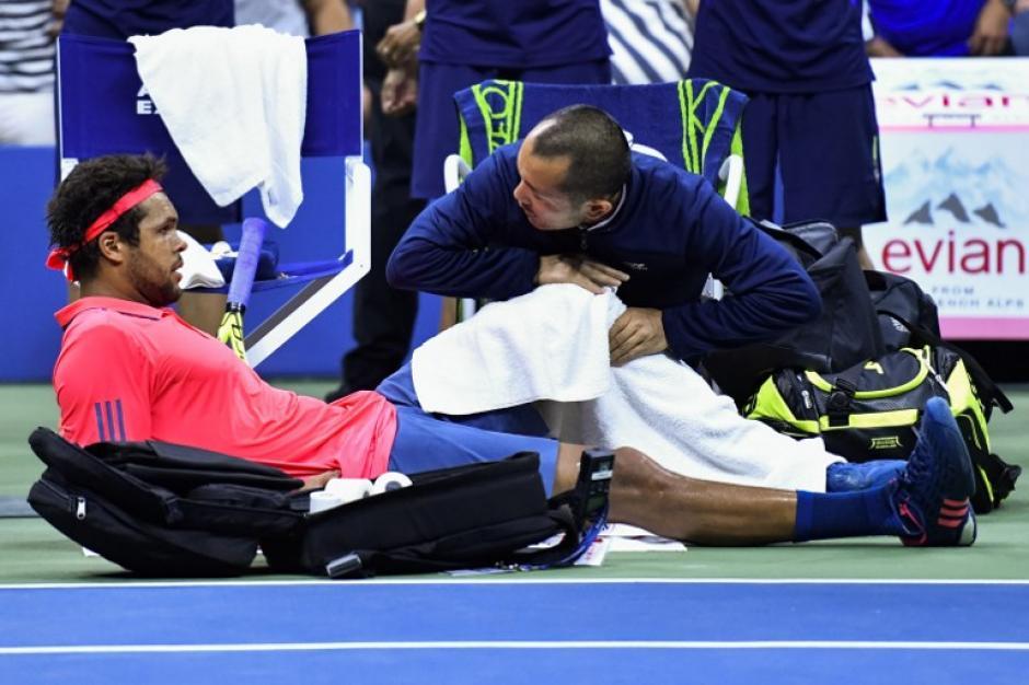 Tsonga quedó mal de la rodilla al comienzo del tercer set. (Foto: AFP)